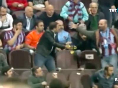 VIDEO: Scena din tribuna inainte ca arbitrul sa fie batut pe teren! Ce s-a intamplat cu fanul lui Trabzon care a prins tricou aruncat de Nani de la Fener