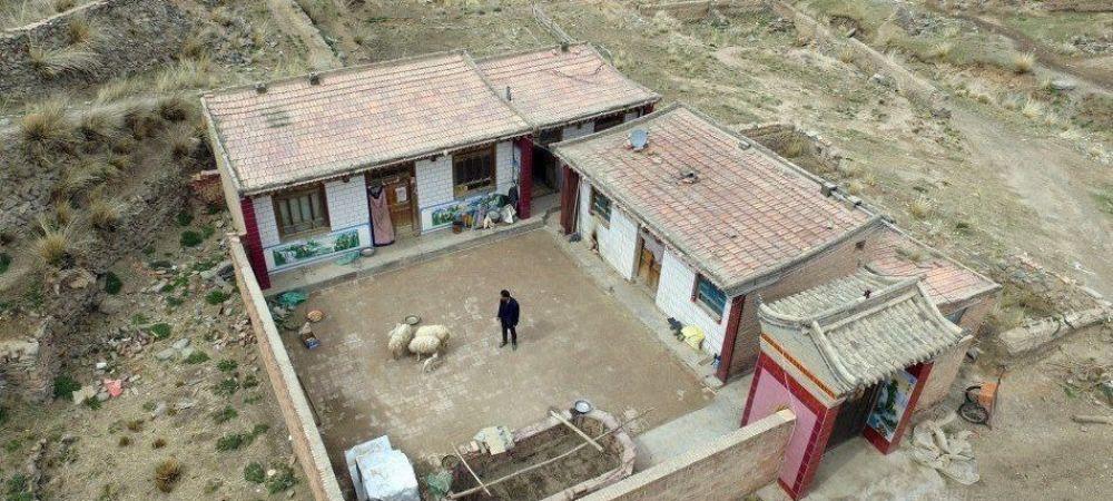 Barbatul care traieste de unul singur de 10 ani intr-un sat! Cum arata acum