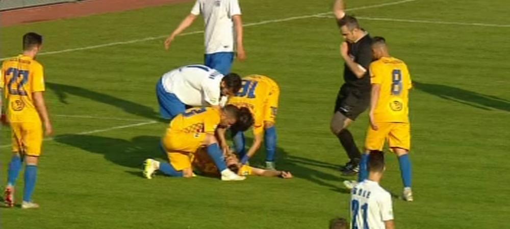 Momente incredibile la Iasi - Petrolul! Un jucator a fost FACUT KO, medicii au venit de urgenta, el a refuzat sa urce in ambulanta