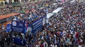"""Imagini fabuloase: Leicester a scos pe strazile din Bangkok de patru ori mai multi oameni decat la ea """"acasa"""". UN MILION de thailandezi i-au aplaudat pe Ranieri & Co"""