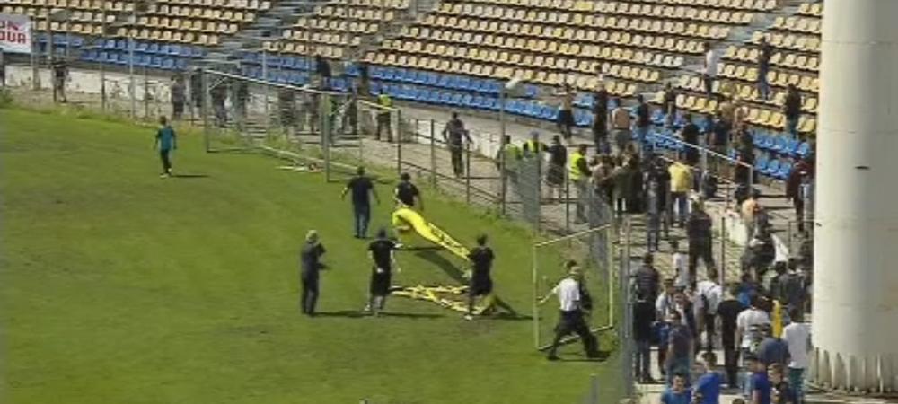 Imagini surprinse astazi la Brasov: suporterii au rupt gardurile si au intrat pe teren, un fan a ajuns la spital. FOTO