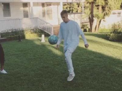 Surpriza! Ce scheme nebune face Justin Bieber cu mingea, alaturi de Neymar! VIDEO Cantaretul s-a antrenat in La Masia cand avea 17 ani