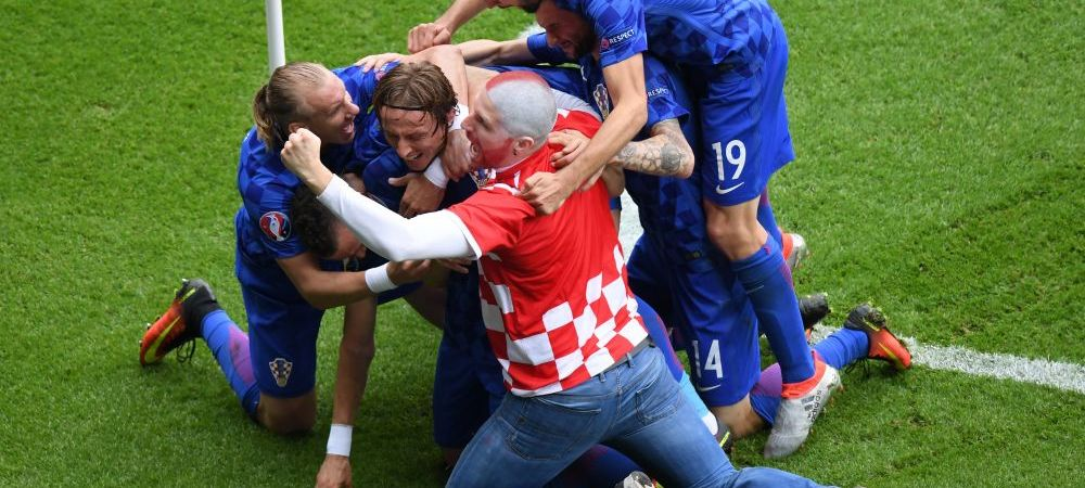 Batai, torte in tribune si suporteri dezbracati pe teren. Imaginile incredibile de la Euro care nu s-au vazut la TV! Un fan al Croatiei s-a bucurat cu jucatorii pe teren la golul cu Turcia. GALERIE FOTO