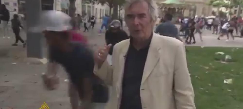 Nu e panica, man! :)) Reactia incredibila a acestui reporter englez, in timp ce huliganii se calcau in picioare in spatele lui VIDEO