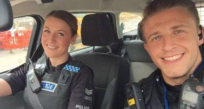 Acesti politisti si-au facut un selfie in timpul serviciului, dar nu se asteptau sa urmeze asta! Ce au remarcat oamenii in poza