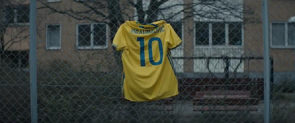 """""""Epilogue"""", 4 minute de EMOTIE PURA! Ce a facut Zlatan dupa ultimul meci la nationala: ultimul tricou, pe gardul primului teren de fotbal! VIDEO"""