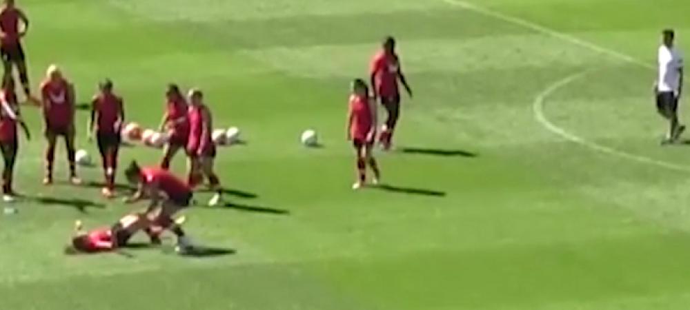 S-au luat la bataie si s-au tavalit chiar sub ochii antrenorului! Cateva secunde mai tarziu toata lumea s-a prapadit de ras! Farsa fetelor din nationala Canadei :) VIDEO