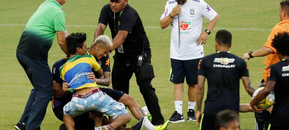 Scene incredibile la antrenamentul Braziliei! Neymar a fost trantit la pamant de fanii nebuni care au invadat terenul. VIDEO
