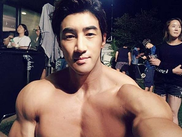 """Este poreclit """"Arnold din Asia"""" si a devenit un fenomen! Cum arata barbatul care face 3.000 de abdomene in fiecare zi"""
