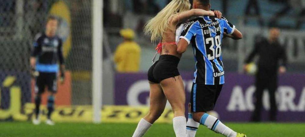 O concurenta la Miss Bumbum a intrat pe teren la un meci din Brazilia si a sarit pe un jucator! Cum a reactionat acesta