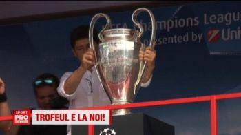 Trofeul pentru care se bat toti milionarii Europei e in continuare in Romania. Liga Campionilor a ajuns la Bacau, fanii au facut coada pentru poze