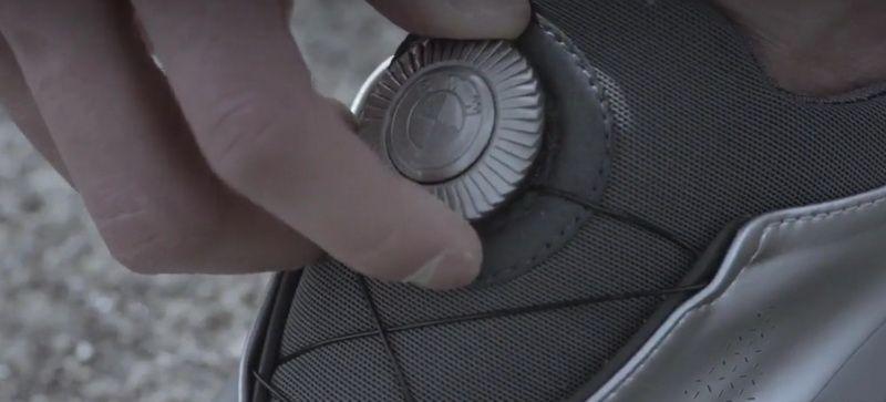 BMW a creat o pereche de adidasi fantastica! Nu au sireturi si sunt din acelasi material ca o masina! Cum arata