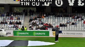 """""""VIATA ASTA TIN CU """"U."""""""" Imaginea simbol a dragostei pe care Ioan Gyuri Pascu a avut-o pentru fotbal si Universitatea Cluj. Actorul a murit astazi, la 55 de ani"""