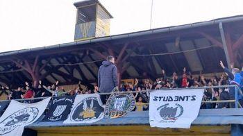 Fotbalul s-a intors in timp cu 100 de ani! Moment special la ultimul meci al lui U Cluj: fanii au cantat din fosta tribuna de lemn de la Cluj, mutata in anii '60 la Campia Turzii VIDEO