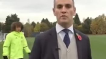 VIDEO GENIAL! Reporterul transmitea LIVE de la antrenament, David Luiz l-a vazut si a venit prin spate! Ce se intampla in continuare :))