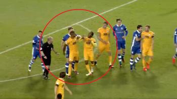 Faza cum n-ai mai vazut pana acum: o echipa a ramas fara doi jucatori pentru ca acestia s-au batut pe teren! Adversarii au fost cei care i-au despartit. VIDEO