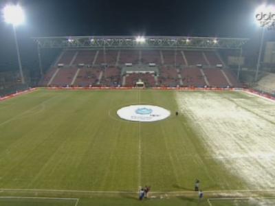 FOTO: Imagine rara in fotbal! Ingrijitorii stadionului CFR s-au plictisit de munca dupa ce au curatat 2/3 din teren :)