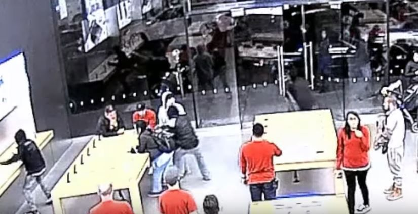 Imagini incredibile! Cum a fost spart un magazin Apple in doar 15 secunde! Oamenilor nu le-a venit sa creada