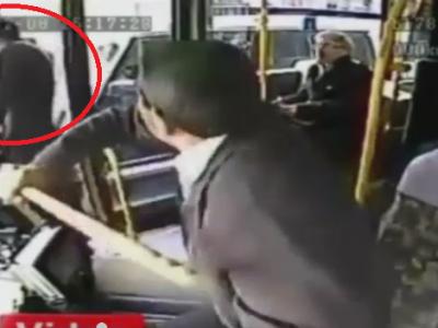 VIDEO: Un fotbalist celebru, atacat cu bata de un sofer de autobuz, dupa ce a facut scandal in trafic!