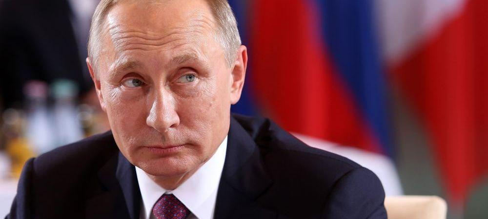 Imaginea anului! Cum a fost surprins soldatul care sta in dreapta lui Vladimir Putin