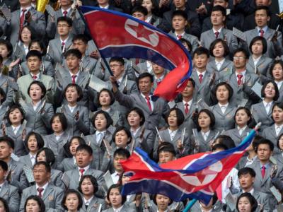 Imagini dintr-o alta lume: 40.000 de nord-coreeni, imbracati la fel, la un meci de fotbal feminin contra Coreei de Sud! FOTO