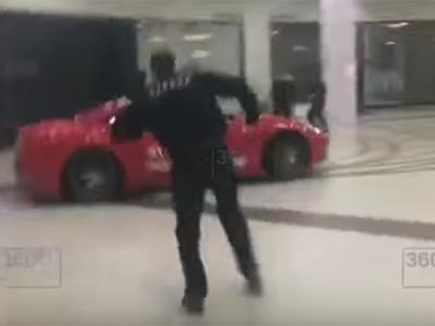 Doar in Rusia! Un barbat a intrat cu Ferrari-ul in mall si a facut drifturi: paznicii au reusit cu greu sa-l opreasca