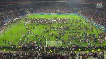 VIDEO Imaginile nebuniei la Lyon: suporterii au invadat terenul dupa ce au fost atacati de turci! Ajax 2-0 Schalke, Celta 3-2 Genk, Lyon 2-1 Besiktas