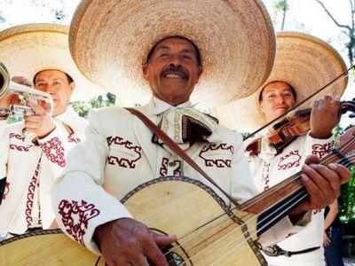 Comedia fotbalului! Suporterii au strans bani si au angajat o trupa de mariachi, dupa ce rechinii, ciocanele si papusile gonflabile au fost interzise pe stadion :)