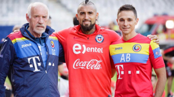 """Cel mai ravnit """"trofeu"""" aseara la Cluj! Tricoul lui Vidal a ajuns la Burileanu, fizioterapeutul nationalei :) FOTO"""