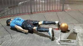 """Statuia lui Suarez, rupta de mahmura azi dimineata: """"Am fost la nunta lui Messi, ma intorc in curand!"""" :)"""