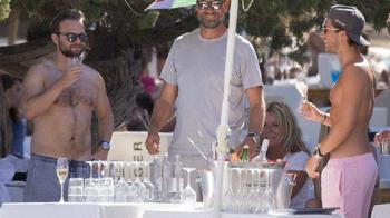 GENIAL! Klopp s-a dus la Ibiza cu o palarie de soare din OBOR! :)) Cum a aparut pe plaja