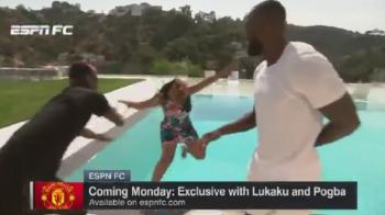 Gluma lui Pogba in timpul interviului: a aruncat-o pe jurnalista in piscina :) Ce reactie a avut fata VIDEO