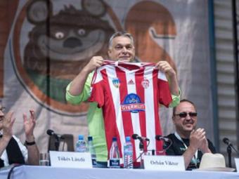 Premierul Ungariei, Viktor Orban, si-a intrerupt discursul pentru a-si face o poza cu tricoul lui Sepsi Sf Gheorghe FOTO
