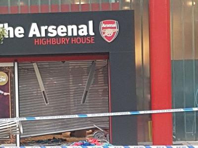 Arsenal a fost jefuita! Hotii au spart magazinul oficial FOTO