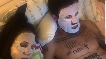 Imagine BOMBA! Stelistul care s-a pozat cu masca de hidratare si cu tatuajele la vedere. FOTO