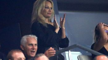 Iubitul ei e fotbalist si cu 20 de ani mai tanar! La ce meci si-a facut aparitia Pamela Anderson. FOTO