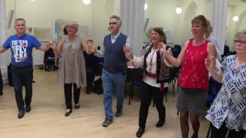 """ASTA E CEA MAI TARE! 100 de danezi si-au facut grup de folclor romanesc: sunt fascinati de hora romaneasca :) Doar tambalagiul e romano-danez: """"Un tigan din Bucuresti"""" VIDEO"""