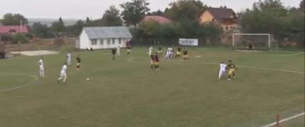 VIDEO IREAL! Un roman de 14 ani a dat un gol mai tare ca Roberto Carlos! Cea mai tare lovitura libera a anului! Cum a marcat la seniori din lovitura libera