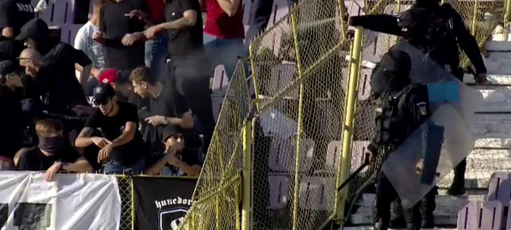 FOTO: Scandal intre suporteri la duelul dintre ASU Poli Timisoara 2-1 UTA! Ce s-a intamplat la pauza