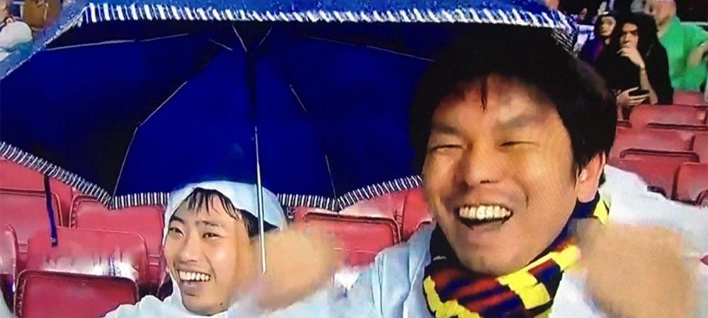 Bucurati-va de fotbal :)) Faza geniala la meciul Barcelonei, oamenii din jur n-au inteles nimic! Ce au facut doi fani asiatici in momentul eliminarii lui Pique