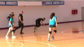 """Ghiaurul"" a dat ringul de MMA pe terenul de handbal! Le-a impresionat pe fete: ""S-a descurcat foarte bine!"""