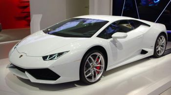 Papamobilul de 185.000 de euro! Papa Francisc a primit in dar un Lamborghini Huracan care prinde 300 km/h. Ce a decis sa faca cu el