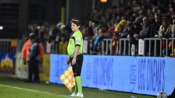 """""""Daca exista un arbitru in tribune, este rugat sa ne ajute!"""" Moment incredibil la un meci din Cupa Belgiei: un spectator a luat fanionul si a terminat partida"""