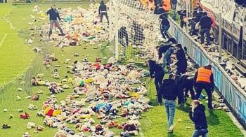 Cand fenomenul ultras se imbina cu spiritul COPILARIEI :) Moment nebun la un meci din Belgia: fanii au umplut gazonul cu ursuleti de plus