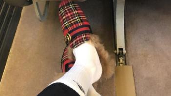 Papuci cu blana si sosete albe. Pret: 750 de euro :) Ce vedeta a lui Mourinho a socat cu aparitia sa