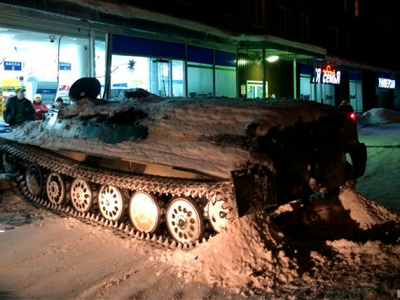Doar in Rusia! Ca sa fure o sticla de bautura, un rus a luat mai intai tancul de la o unitate militara! FOTO