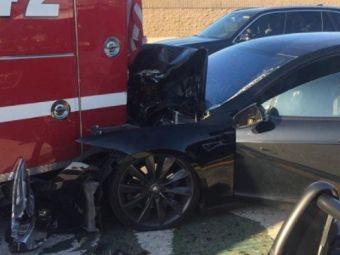 """O masina Tesla a provocat un accident in California! Automobilul era pe """"Autopilot"""" si circula cu 105 km/h: """"Surprinzator, nimeni nu a fost ranit!"""""""