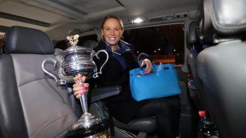 Wozniacki nu se mai desparte de trofeul de la Australian Open! L-a luat cu ea in Rusia, la turneul de la Sankt Petersburg. FOTO