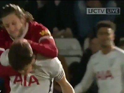 Scene incredibile cu un fotbalist de zeci de milioane din Premier League in prim plan! A vazut rosu la propriu si la figurat si a vrut sa-si stranga adversarul de gat!