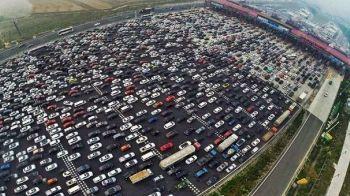 Rau fara autostrazi, dar mai rau cu ele :)) Povestea celui mai mare ambuteiaj din istorie: a durat 10 zile, iar oamenii si-au deschis afaceri ad-hoc